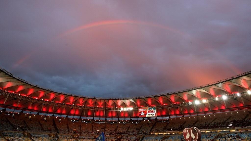 27.nov.2013 - Bonito arco-íris se forma no céu do Maracanã algumas horas antes do início da final da Copa do Brasil entre Flamengo e Atlético-PR