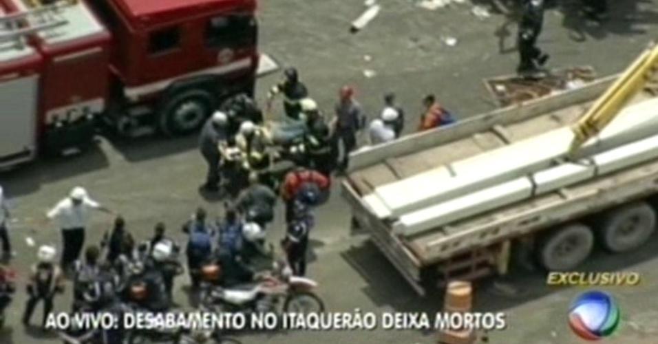 Imagens da TV Record mostram uma das vítimas sendo retiradas após o desabamento no Itaquerão