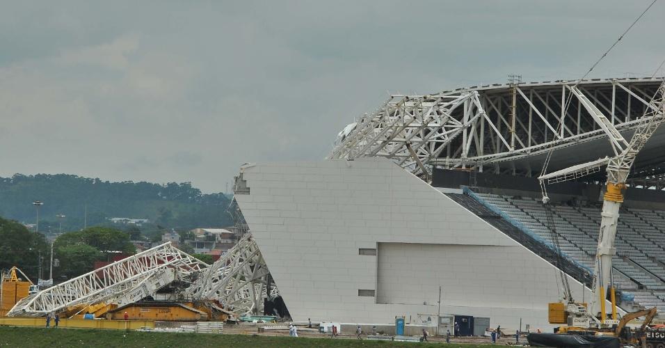 Peça da cobertura do Itaquerão desaba no começo da tarde desta quarta-feira (27), em São Paulo (SP), destruindo parte da arquibancada do futuro estádio do Corinthians; Dois morreram