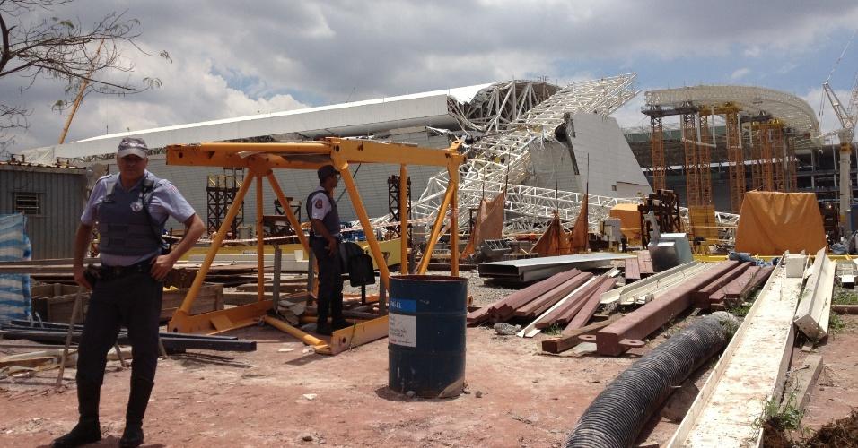 Policiais preservam a área na qual aconteceu o acidente que matou operários no Itaquerão nesta quarta-feira