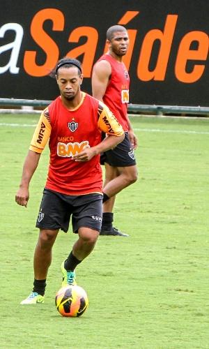 Ronaldinho Gaúcho participa de treino do Atlético-MG na Cidade do Galo (27/11/2013)