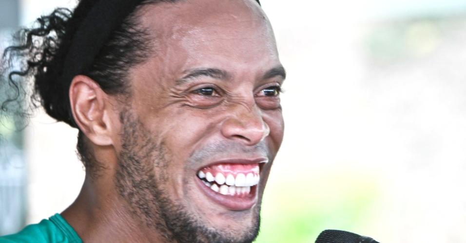 Ronaldinho Gaúcho se mostra descontraído durante entrevista na Cidade do Galo (27/11/2013)