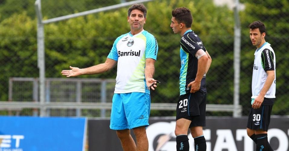 Técnico Renato Gaúcho passa  instruções para o lateral Alex Telles em treino do Grêmio no gramado suplementar do estádio Olímpico (27/11/2013)