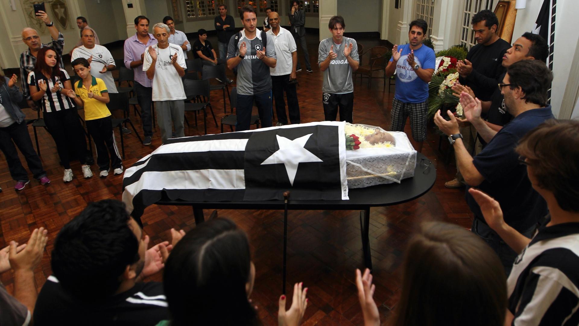 27.nov.2013 - Corpo do ex-jogador Nilton Santos é velado no Salão Nobre do Clube do Botafogo, no Rio de Janeiro; o bicampeão mundial com a seleção brasileira morreu no dia 27 de novembro de 2013 aos 88 anos