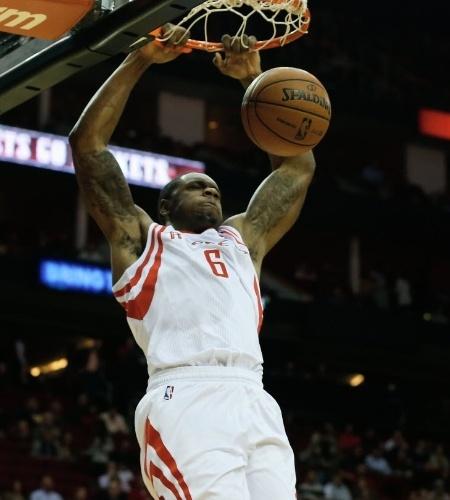 27.nov.2013 - Terrence Jones enterra para o Houton Rockets na fácil vitória sobre o Atlanta Hawks por 113 a 84