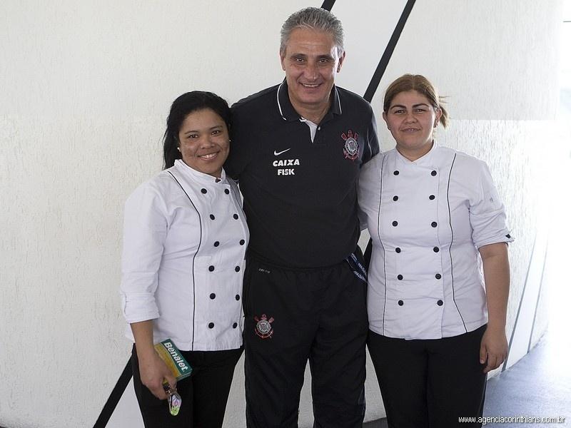29.11.2013 - De bem com a vida após a definição de seu futuro, Tite, técnico do Corinthians, posa sorridente com funcionárias do clube