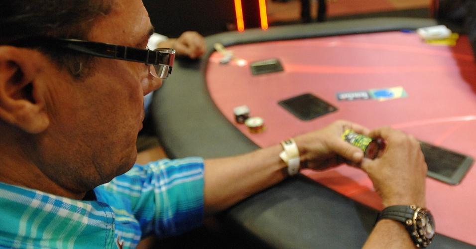 Luxa brinca com as fichas, em gesto típico dos jogadores de pôquer