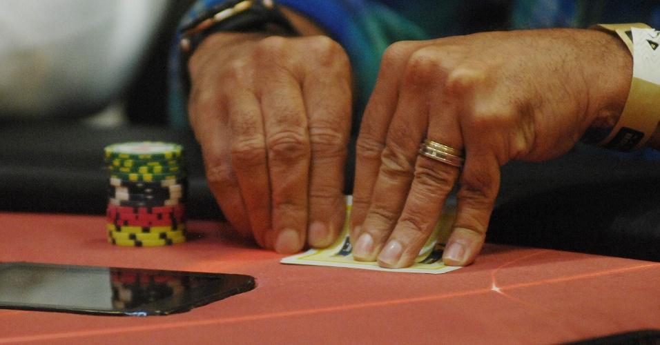 Mãos de Luxa escondem as cartas