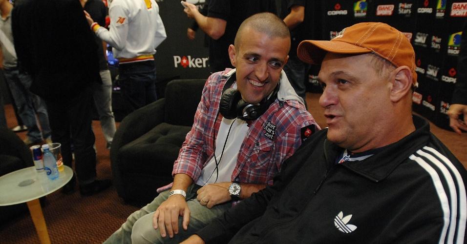 Oscar Schmidt conversa com André Akkari, astro do pôquer brasileiro