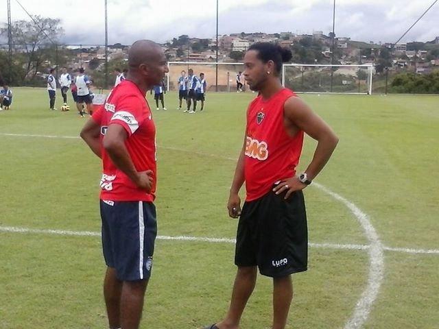 30 nov 2013 - Ronaldinho Gaúcho fez pausa em seus treinos para cumprimentar o técnico do Bahia, Cristovão Borges