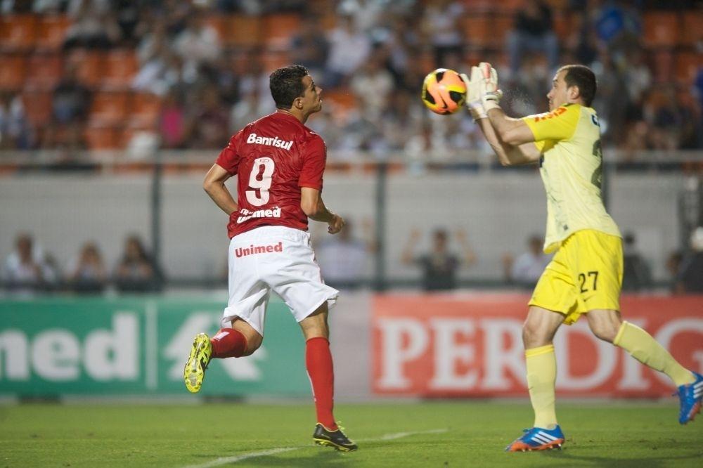 30.nov.2013 - Damião cabeceia para defesa de Walter no jogo Corinthians x Inter