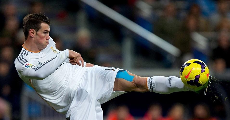 Bale acerta chute no duelo entre Real Madrid e Valladolid, pelo Campeonato Espanhol. Time de Madri goleou por 4 a 0