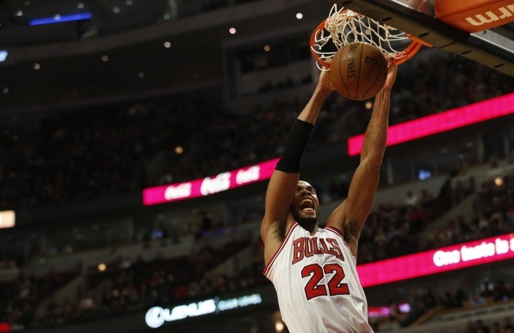 02.dez.2013 - Taj Gibson enterra e faz careta durante a derrota do Chicago Bulls, após 3 prorrogações, para o New Orleans Pelicans: 131 a 128
