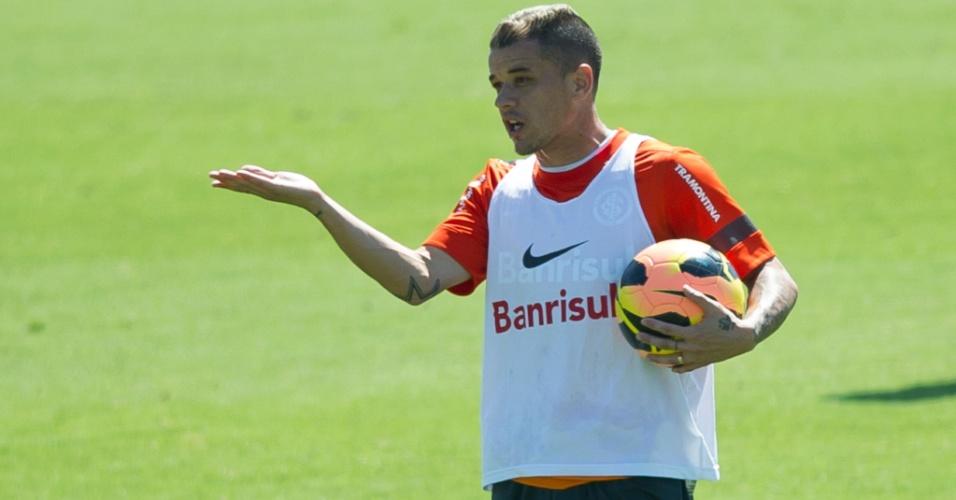 04.dez.2013 - D'Alessandro gesticula durante treino tático do Inter no CT do Parque Gigante