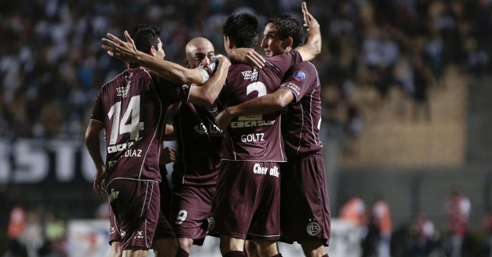 04.dez.2013 - Jogadores do Lanús comemoram gol marcado por Paolo Goltz contra a Ponte Preta