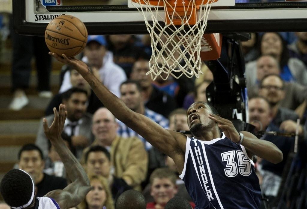 03.dez.2013 - Kevin Durant tenta bandeja invertida na vitória do OKC Thunder sobre o Sacramento Kings: 97 a 95