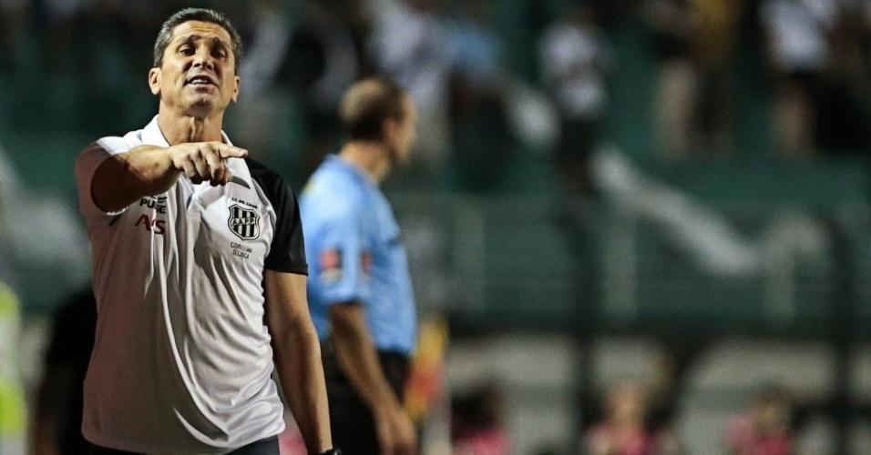 04.dez.2013 - Técnico Jorginho fala com o time durante partida entre Ponte Preta e Lanús