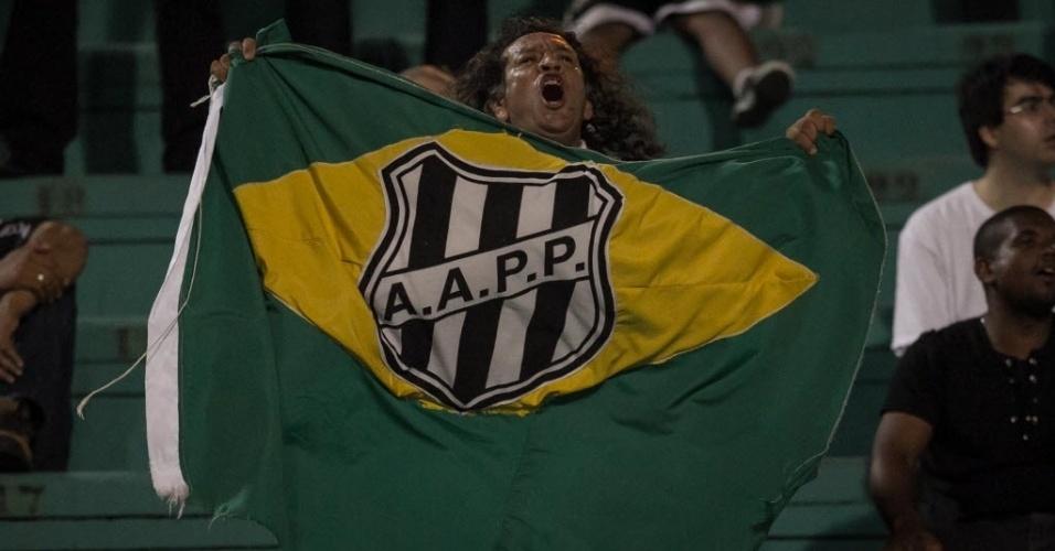 04.dez.2013 - Torcedor da Ponte Preta incentiva o time na final da Copa Sul-Americana contra o Lanús, da Argentina