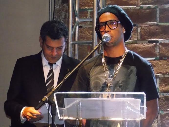 4 dez 2013 - Ronaldinho Gaúcho fala durante a cerimônia de lançamento do CD em sua homanegm e também pelo título da Libertadores