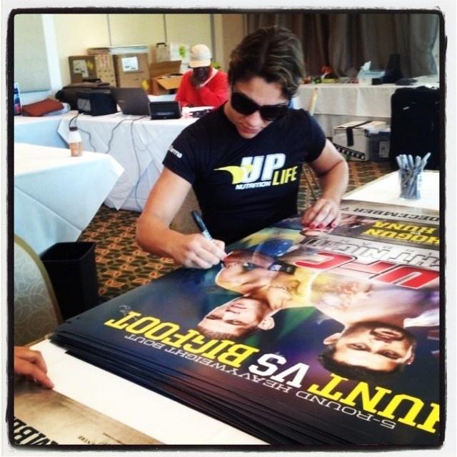 Brasileira Bethe Correia autografa cartazes do UFC desta sexta-feira, na Austrália, quando estreia na organização