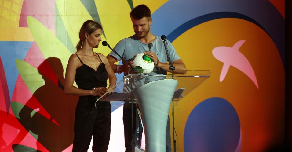 Casal de atores Fernanda Lima e Rodrigo Hilbert participam do ensaio geral para o sorteio da Copa do Mundo de 2014