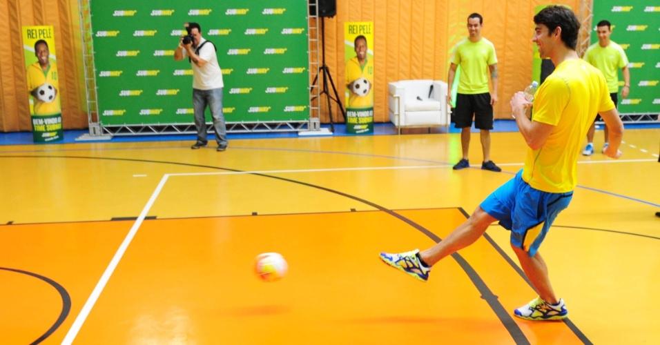 Ex-nadador Michael Phelps aproveitou e bateu bola com as crianças durante evento em São Paulo
