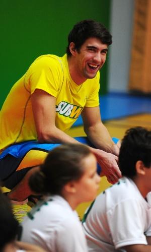 Ex-nadador Michael Phelps dá risada durante evento com crianças em São Paulo