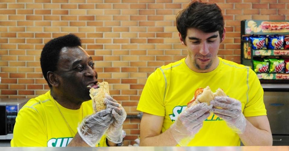 Ex-nadador Michael Phelps e Pelé experiementam lanche durante evento em São Paulo