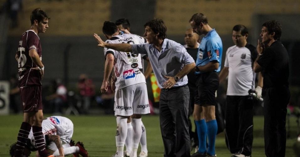 Gustavo Barros Schelotto grita com o time do Lanús durante partida contra a Ponte Preta no Pacaembu
