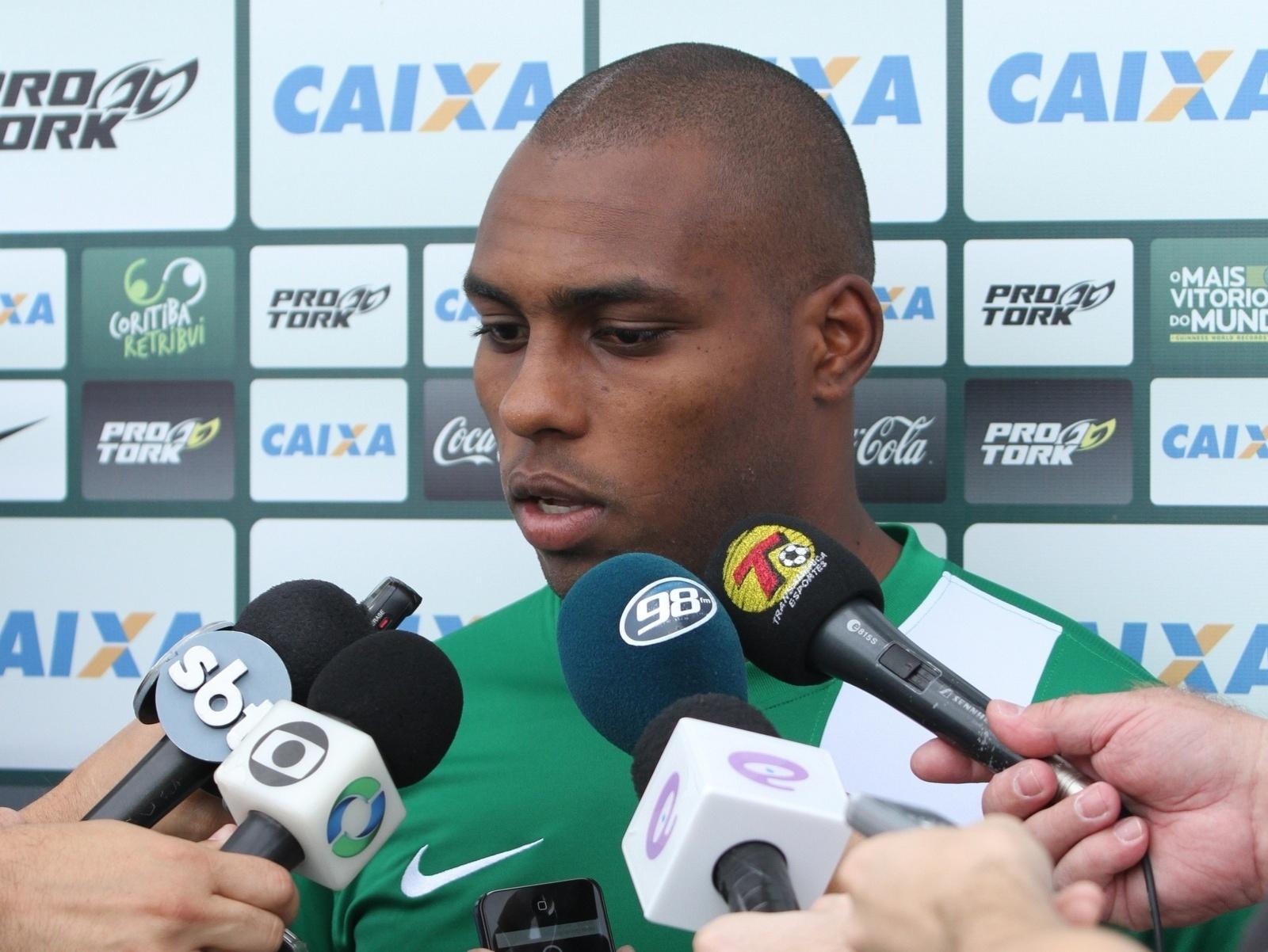 Luccas Claro, zagueiro do Coritiba, concede entrevista coletiva