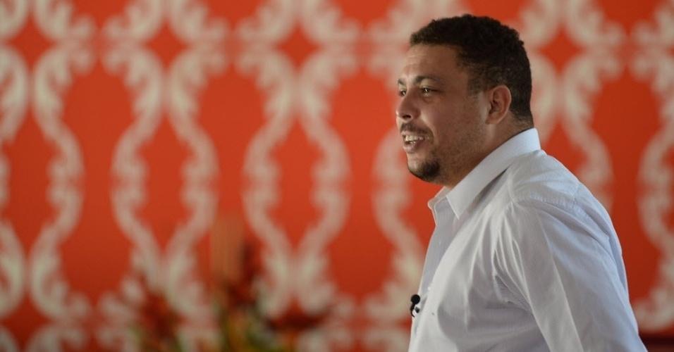 04.dez.2013 - Ronaldo, ex-atacante e membro do COL, concede entrevista na Costa do Sauipe