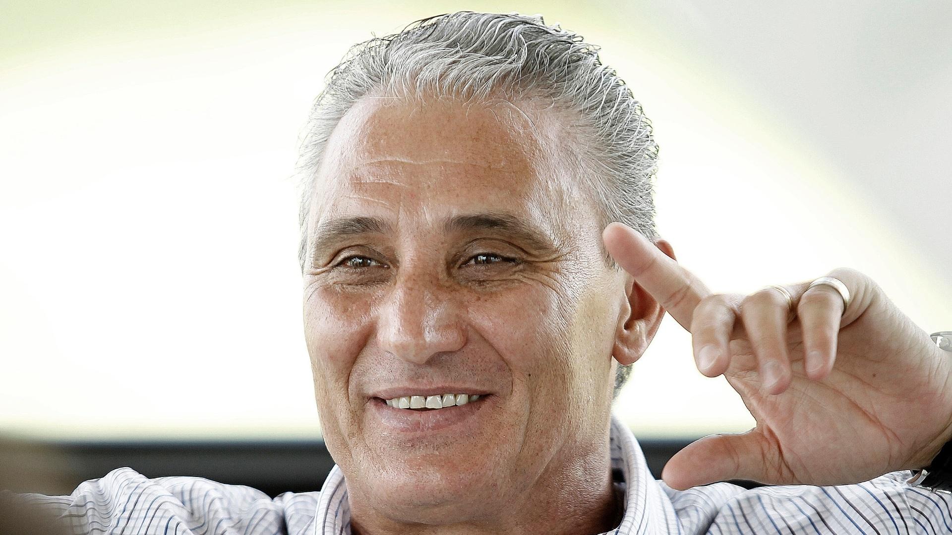 Tite, técnico do Corinthians, sorri ao responder uma pergunta em entrevista exclusiva ao UOL Esporte