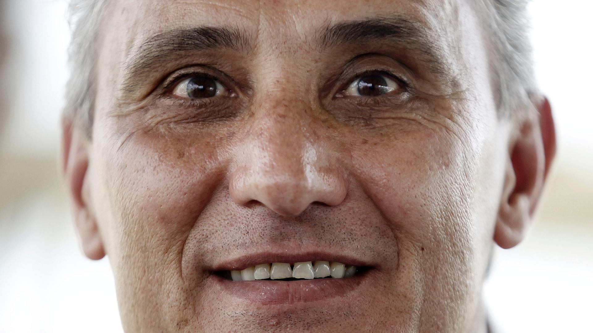 Tite, técnico do Corinthians, sorri durante entrevista; treinador deixará o cargo após o Campeonato Brasileiro