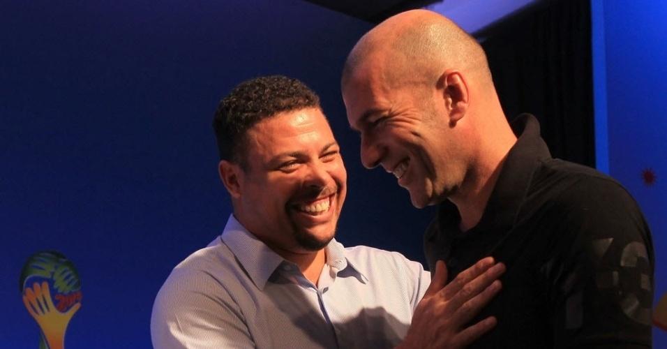 05.nov.2013 - Zidane e Ronaldo se abraçam após coletiva de imprensa na Costa do Sauipe