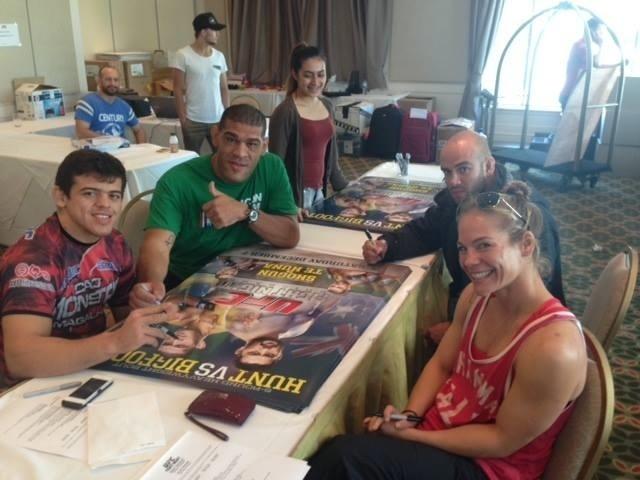 Pezão autografa poster oficial do UFC: Pezão x Hunt