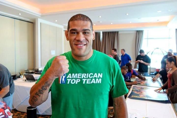 Pezão faz pose durante evento dos últimos preparativos para o UFC: Pezão x Hunt