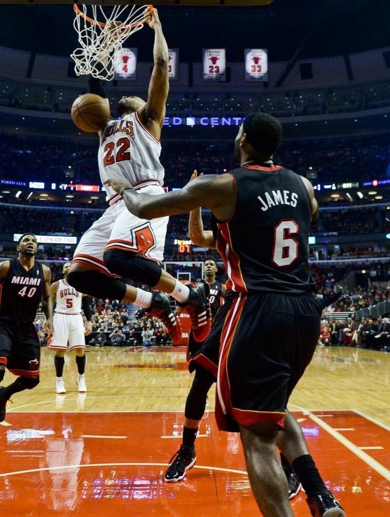 05.dez.2013 - Taj Gibson enterra para os Bulls na vitória sobre o Heat: 107 a 87