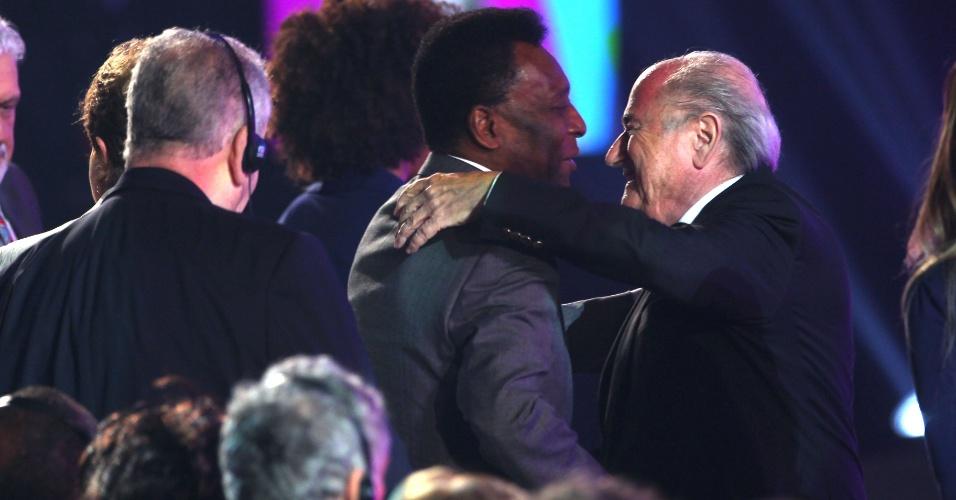 06.12.2013 - Blatter abraça Pelé nos bastidores da cerimônia do sorteio dos grupos da Copa