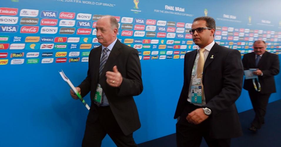 06.dez.2013 - Luiz Felipe Scolari, técnico da seleção brasileira, passa pelo tapete vermelho para chegar ao sorteio da Copa
