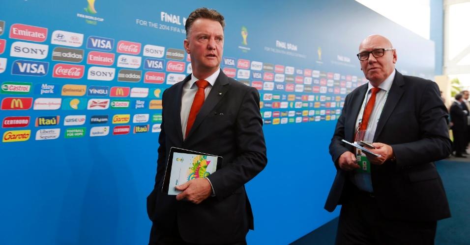 06.dez.2013 - Louis van Gaal, técnico da Holanda, chega para assistir ao sorteio dos grupos