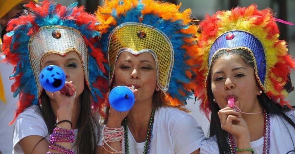 06.dez.2013 - Colombianas fazem a festa em Bogotá enquanto acompanham o sorteio dos grupos da Copa do Mundo