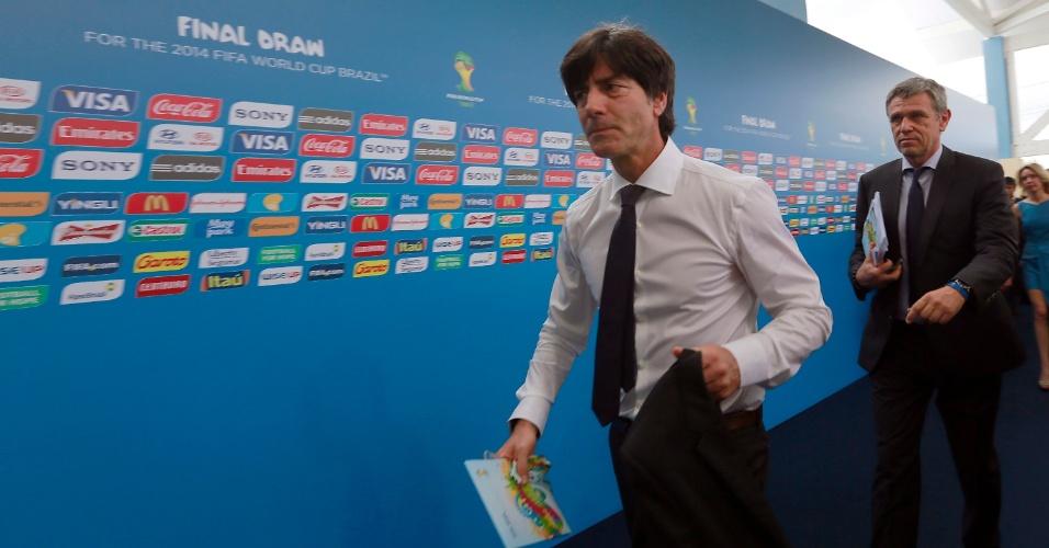 06.dez.2013 - Joachim Low, técnico da Alemanha, chega para assistir ao sorteio dos grupos