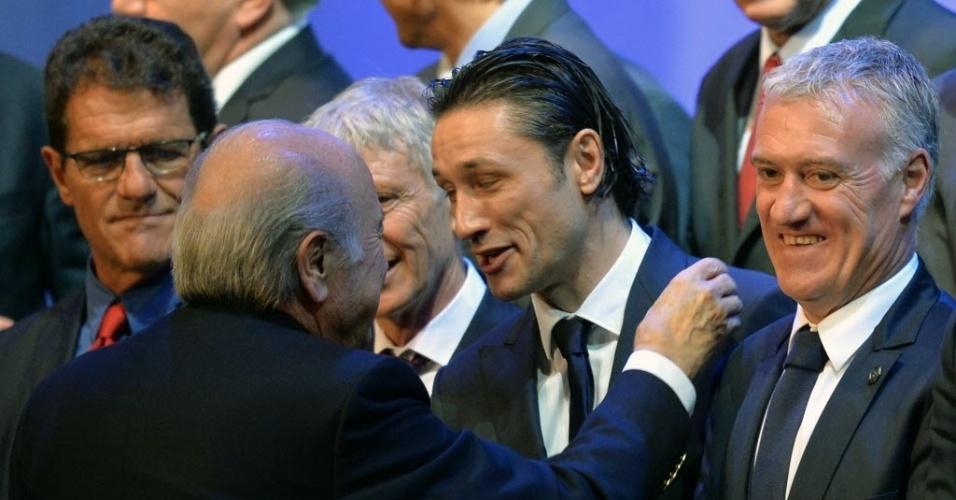 06.dez.2013 - Niko Kovac (centro), treinador da Croácia, conversa com Joseph Blatter, presidente da Fifa, após sorteio dos grupos da Copa