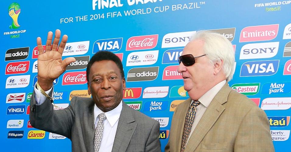 06.dez.2013 - Pelé, campeão do mundo com o Brasil em 1958, 1962 e 1970, acena para jornalistas ao chegar para o sorteio dos grupos da Copa