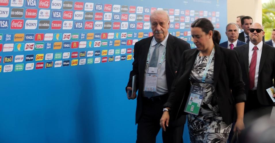 06.dez.2013 - Técnico da Espanha, Vicente del Bosque, chega para acompanhar o sorteio dos grupos da Copa do Mundo