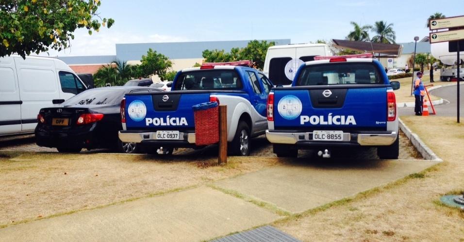 06.dez.2013 - Viaturas da polícia que vão trabalhar na segurança do sorteio dos grupos da Copa do Mundo na Costa do Sauipe