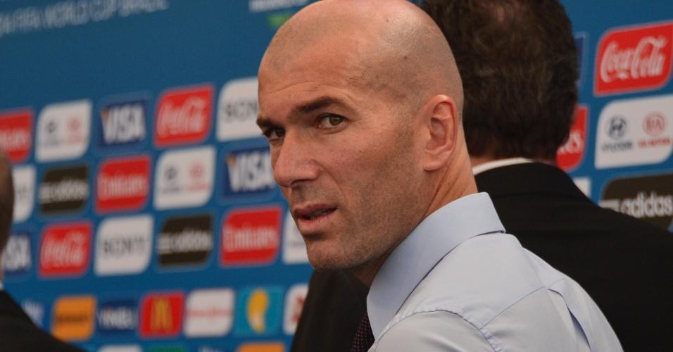 06.dez.2013 - Zinedine Zidane, campeão do mundo com a França em 1998, marca presença no sorteio dos grupos