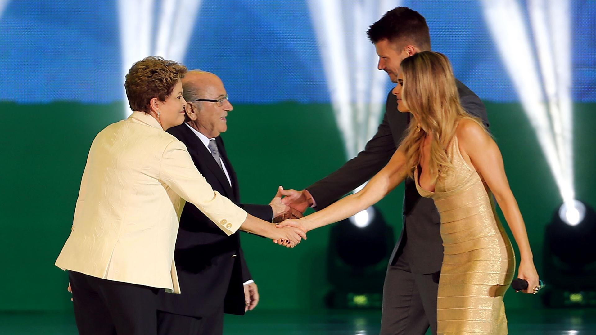 Dilma Rouseff (esq.) e Joseph Blatter cumprimentam Fernanda Lima e Rodrigo Hilbert durante cerimônia do sorteio dos grupos da Copa do Mundo