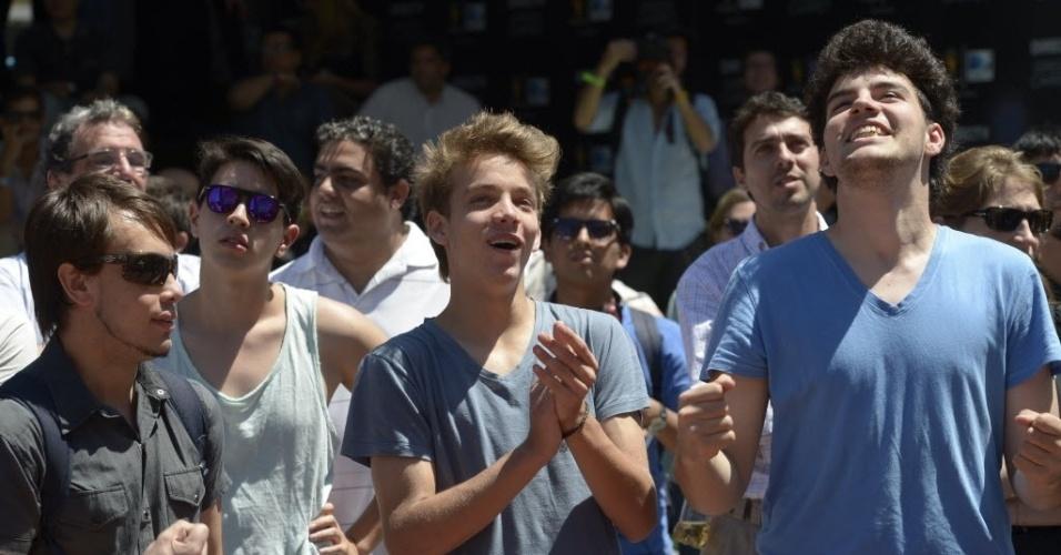 Em Buenos Aires, torcedores argentinos vibram no momento em que é anunciado o Irã como rival da seleção no grupo F da Copa