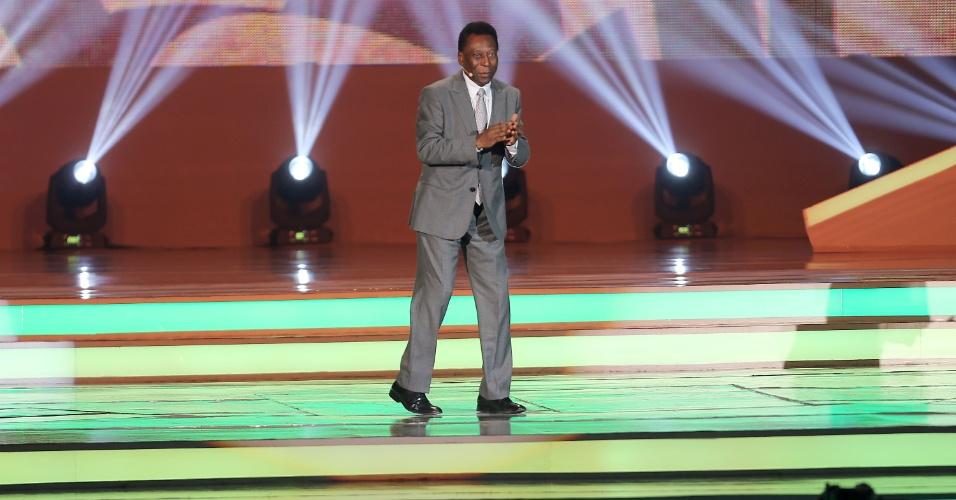 Pelé fala durante a cerimônia de sorteio dos grupos da Copa do Mundo